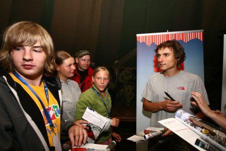 Po prelekcji Łukasz długo rozdawał autografy i udzielał odpowiedzi na pytania uczestników spotkania