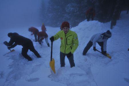 Adam Pustelnik pomagał w budowaniu jamy śnieżnej